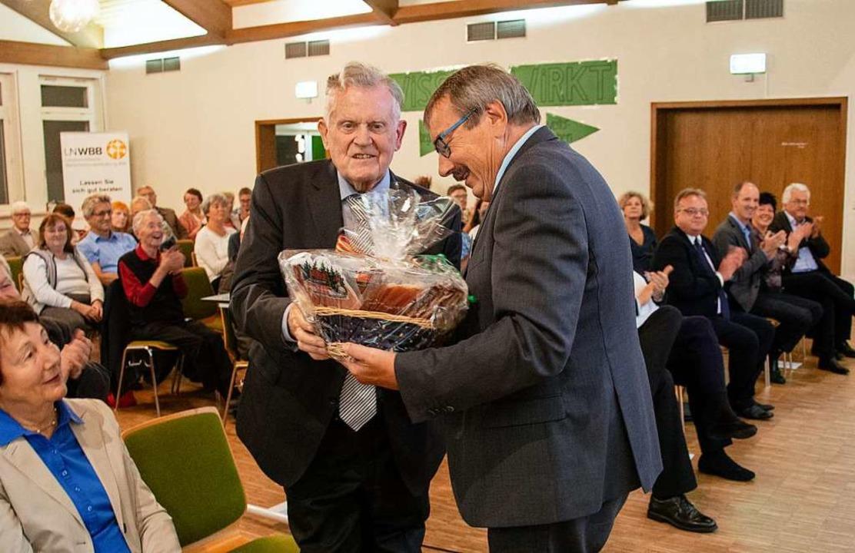 Der Vorsitzende Peter Kiefer (rechts) ...ch bei Erwin Teufel mit einem Präsent.  | Foto: Paul Eischet