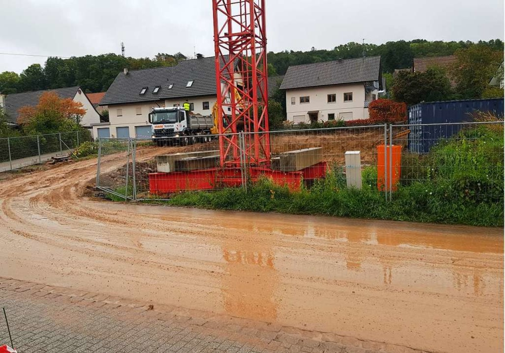 Die Nebenauer Straße hat sich in eine Lehmrutsche verwandelt.    Foto: Norbert Ettner