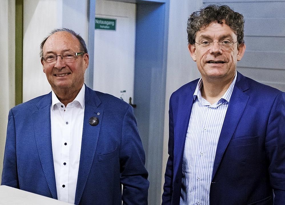Erich Hildebrand, Vorstand des Schloss...inks), und der Referent Frank Sieren.   | Foto: Ansgar Taschinski