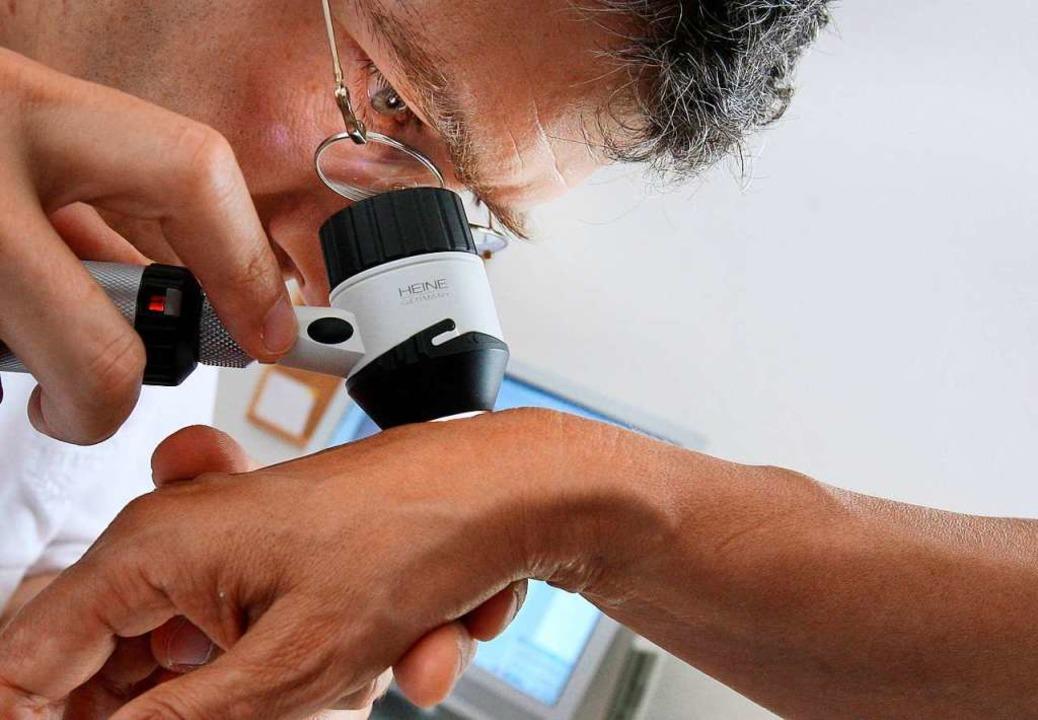 Für Untersuchungen beim Hautarzt müsse...tere Wege in Kauf nehmen (Symbolbild).  | Foto: dpa Deutsche Presse-Agentur