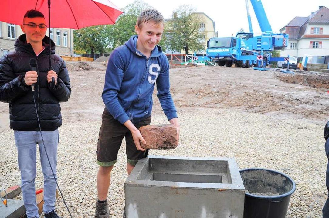 Im Fundament des Neubaus wird auch ein... den Schüler im Grundstein versenkten.  | Foto: Nicolai Kapitz