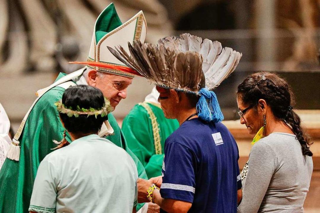 Mitglieder eines indigenen Volkes  tre... Amazonas-Synode auf Papst Franziskus.  | Foto: Andrew Medichini (dpa)