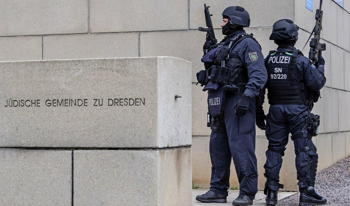 Nach dem Anschlag in Halle wurden die ...chärft – so wie hier in Dresden.  | Foto: Robert Michael (dpa)