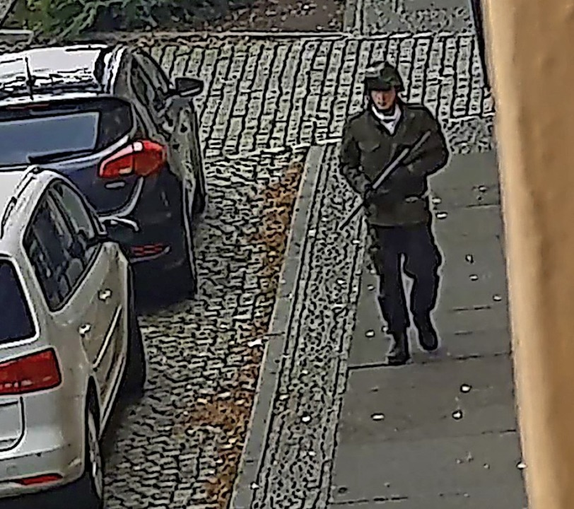Der Screenshot eines Videos zeigt den mutmaßlichen bewaffneten Täter in Halle.  | Foto: ANDREAS SPLETT (AFP)