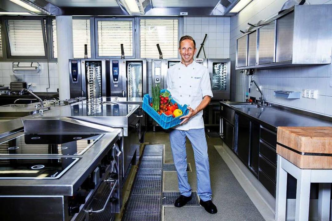 Sacha Dohm an seinem Arbeitsplatz &#82...ie Hungrigen, für die er kochen muss.   | Foto: Joss Andres