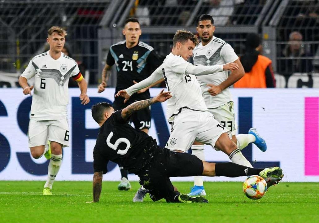 Debütant und SC-Freiburg-Spieler Luca ...Kampf  um den Ball mit Leandro Paredes  | Foto: Bernd Thissen (dpa)