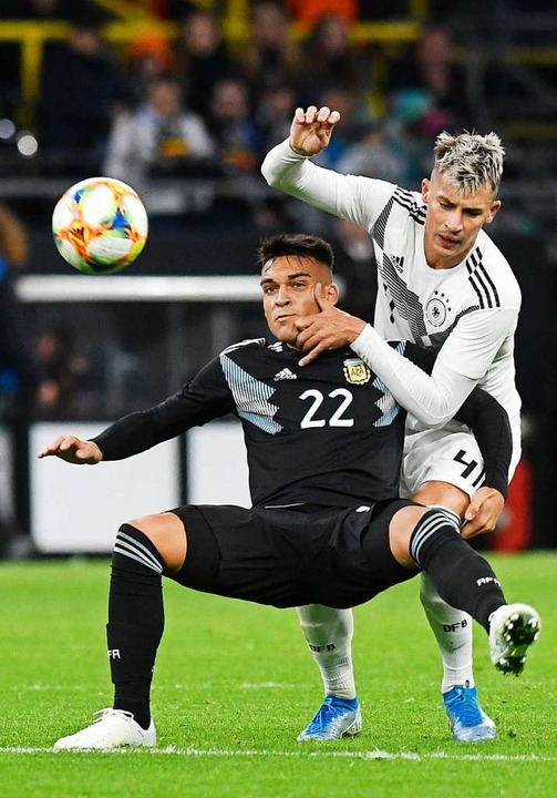 Debütant und SC-Freiburg-Spieler Robin Koch (rechts) gegen Lautaro Martinez  | Foto: Bernd Thissen (dpa)