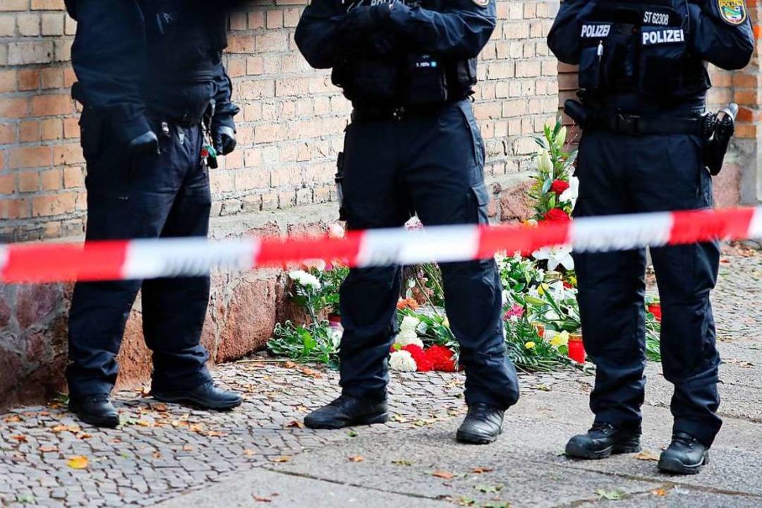 Polizisten sichern den Bereich vor der Synagoge.    Foto: Jan Woitas (dpa)