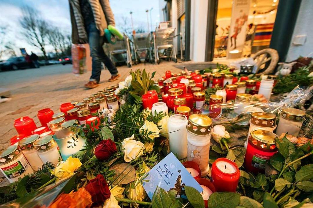 Blumen und Kerzen in Kandel. (Archivbild)    Foto: Andreas Arnold (dpa)