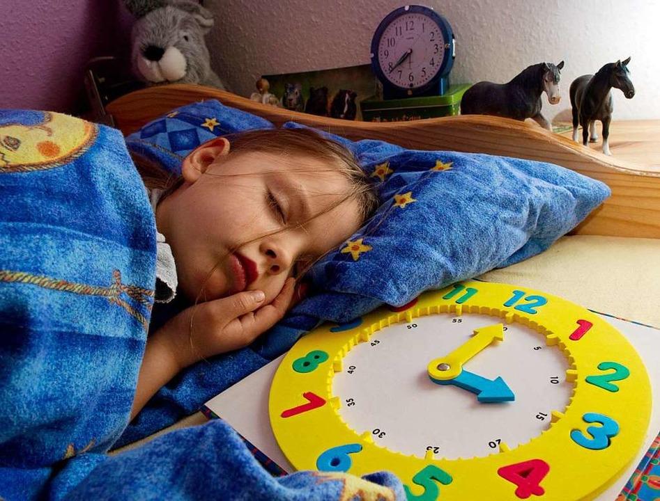Für viele Kinder ist frühes Aufstehen eine Qual.   | Foto: Patrick Pleul (dpa)