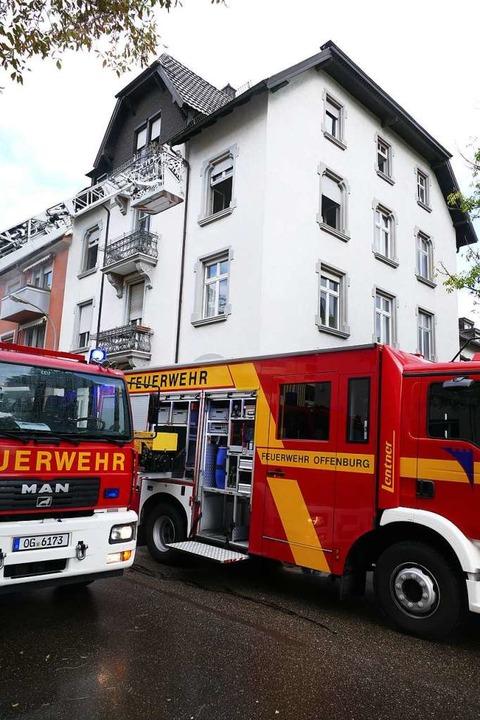 Auch von der Drehleiter aus hat die Feuerwehr den Wohnungsbrand bekämpft.  | Foto: Ralf Burgmaier