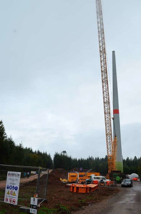 Baustelle und Turm der WEA 1 am Rotzel neben dem vorbeiführenden Wanderweg  | Foto: Nikolaus Bayer