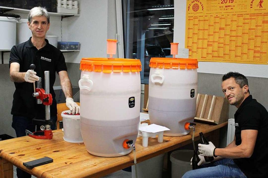 Helmut Enderlin (links) und Ralf Trautwein brauen ihr eigenes Bier  | Foto: Annika Sindlinger