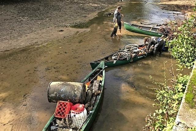 Schüler säubern das Ufer der Alten Elz