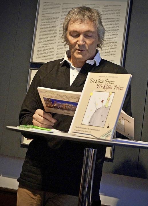 Wendelinus Wurth liest seine niederalemannische Version.   | Foto: Christine Storck-Haupt