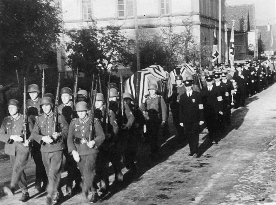 Die deutschen Piloten Herbert Koch und...itärischen Ehren in Egringen beerdigt.  | Foto: Claude Fröhle