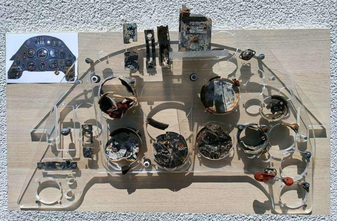 Überreste aus dem Cockpit der abgestür...n einem nachgebauten Modell platziert.  | Foto: Claude Fröhle
