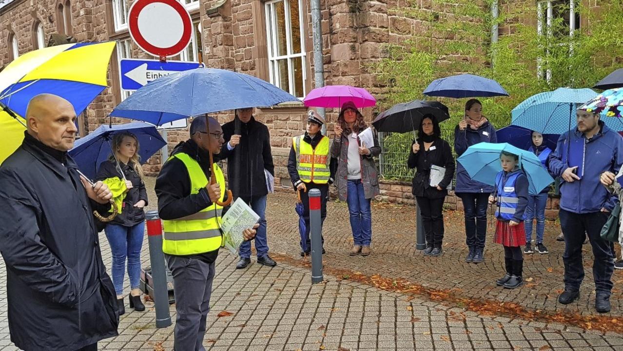 Vorort-Termin im Dauerregen: Oberbürge...gbegehung an der Meerwein-Grundschule.  | Foto: Gerhard Walser