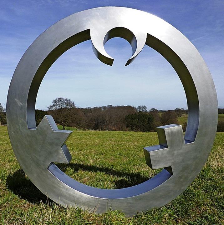 Die Skulptur zeigt die Symbole der Religionsgemeinschaften.  | Foto: Atelier Carmen Dietrich/ Gregor Merten