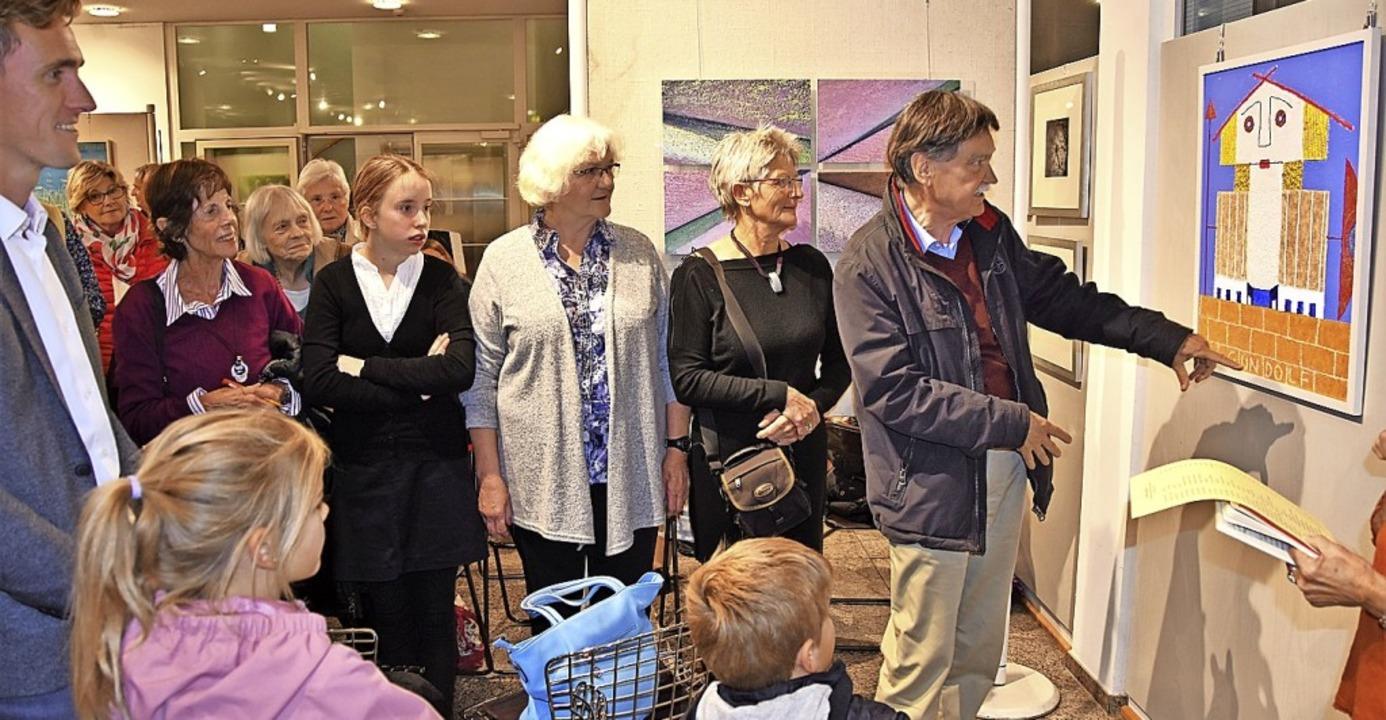 Die Kunstschaffenden erläuterten bei d... das den Gründer  Gundelfingens zeigt.  | Foto: Andrea Steinhart