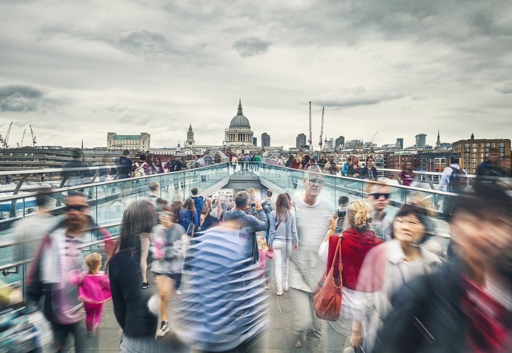 """Die Millenium Bridge in London: &#8222...er""""  ist auch ein Großstadtroman    Foto: Eddie Cloud"""