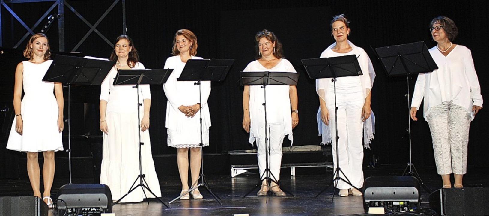 Das Ensemble Vocalisa Variable (Marlen...e Kniesel) nimmt den Applaus entgegen.  | Foto: Hildegard Karig