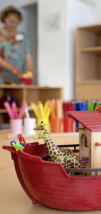Auch bei der Kinderbetreuung übernimmt die Kirche Verantwortung.  | Foto: Hauke-Christian Dittrich (dpa)