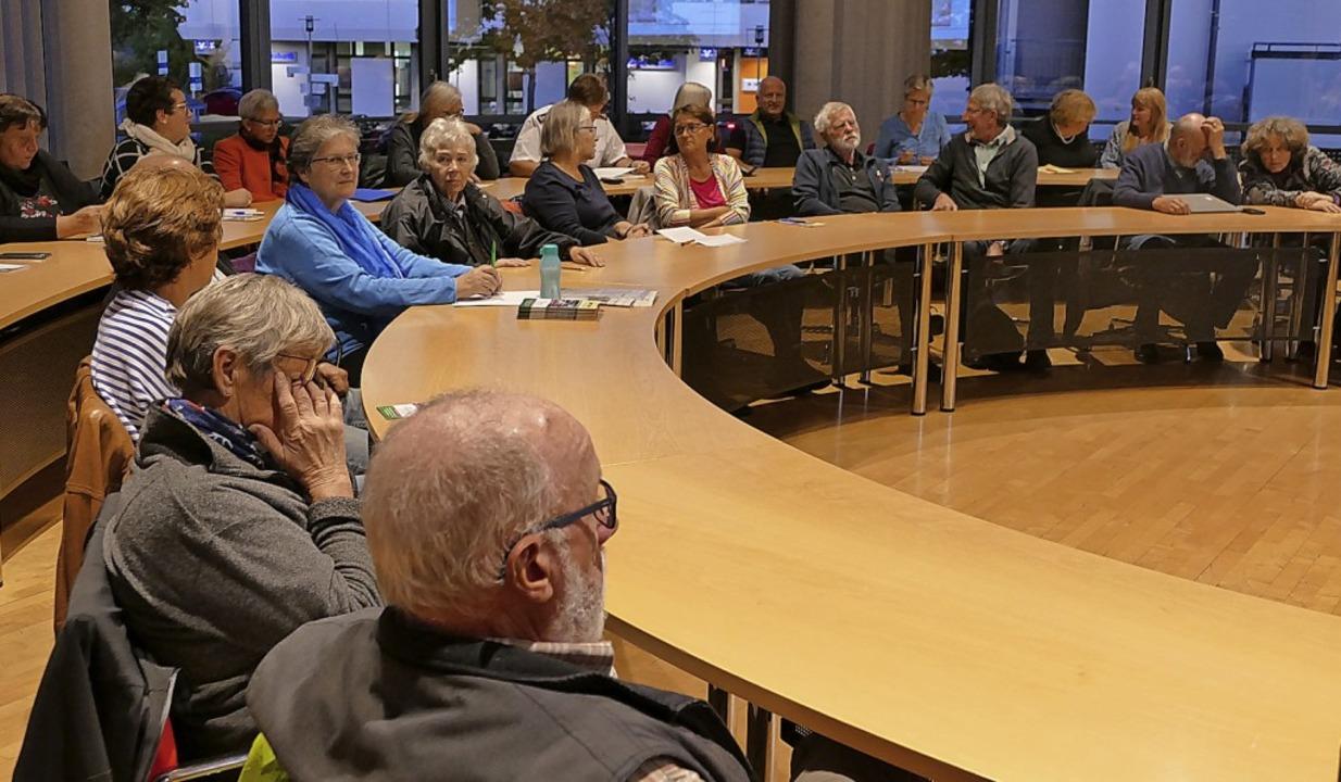 Rund 40 Teilnehmer kamen zum Runden Tisch zum geplanten Ortsseniorenrat.  | Foto: Victoria Langelott