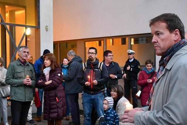 Mehr als 100 Menschen nehmen an der Mahnwache vor der Synagoge teil