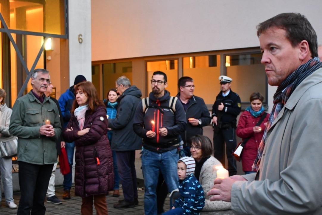 Mehr als 100 Menschen kamen zur von de...n Mahnwache an der Lörracher Synagoge.  | Foto: Barbara Ruda