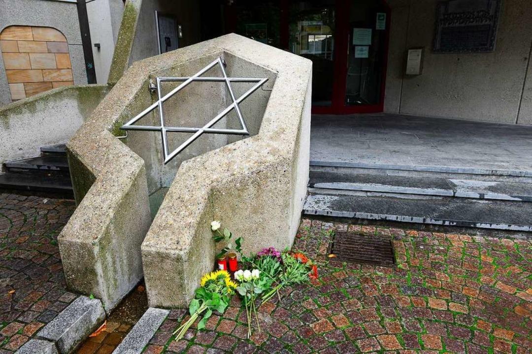 Blumen vor der Synagoge der Israelitischen Gemeinde    Foto: Ingo Schneider