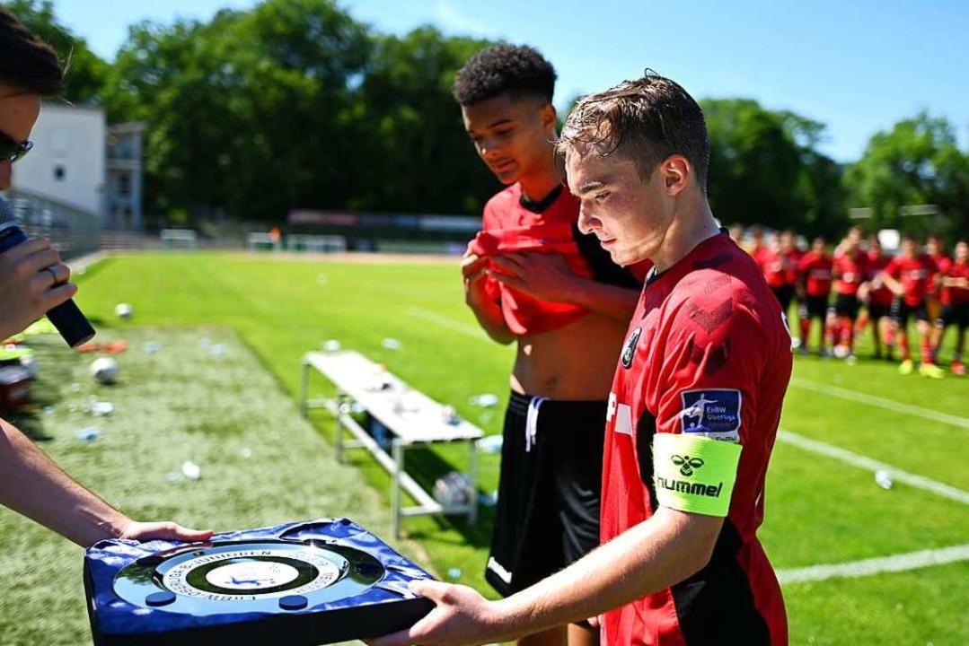 Lars Kehl ist der Sprung vom OFV zum S...ie Meisterschale für die U17 entgegen.  | Foto: Patrick Seeger