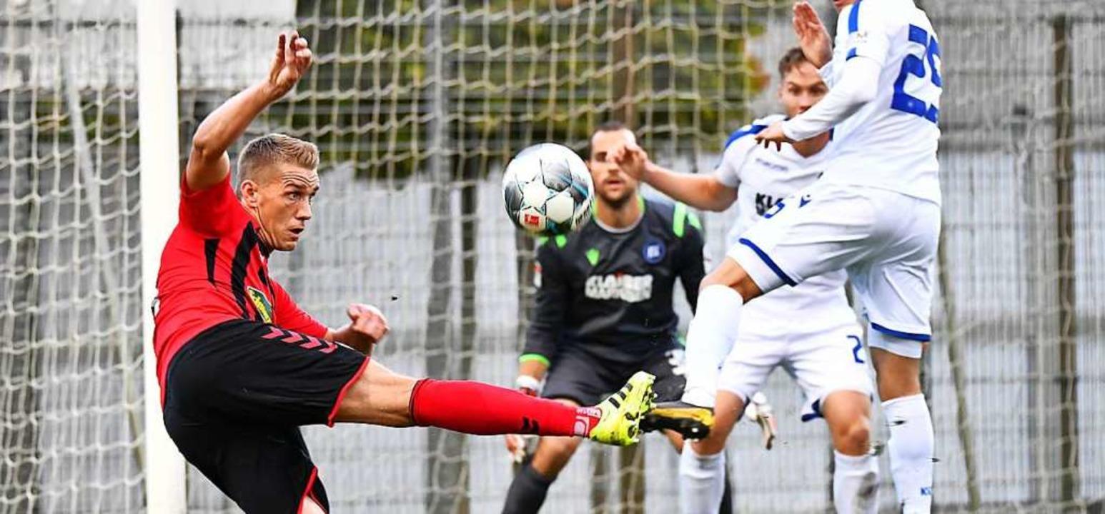 Nils Petersen SC Freiburg versucht, de...rsbeck (KSC) gehütete Tor zu bekommen.  | Foto: Achim Keller