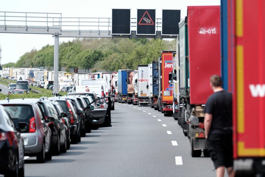 Autofahrer bildeten eine Rettungsgasse...at eine Anzeige erhalten. (Symbolbild)  | Foto: Peter Steffen
