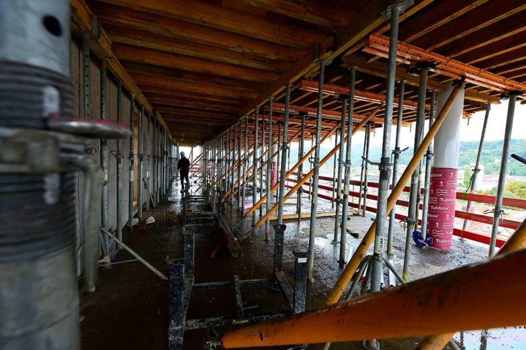 Der Rohbau ist gut gerüstet für die Arbeiten am elften Stock.  | Foto: Ingo Schneider