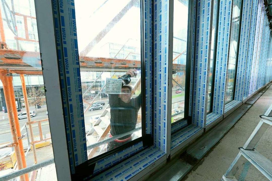 Schau mal, wer da schraubt: Fensterbau...r Eingang zur Stadt ein neues Gesicht.  | Foto: Ingo Schneider