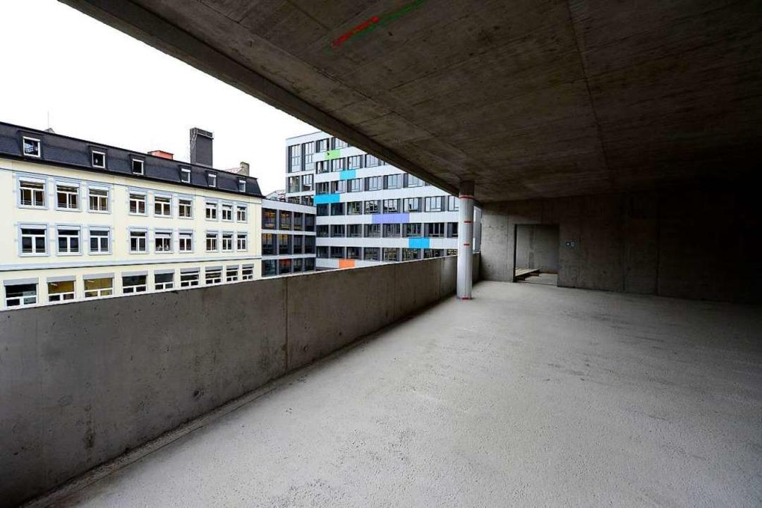 Die Aula schließt ans Schulhaus an der Eisenbahnstraße (rechts) an.  | Foto: Ingo Schneider