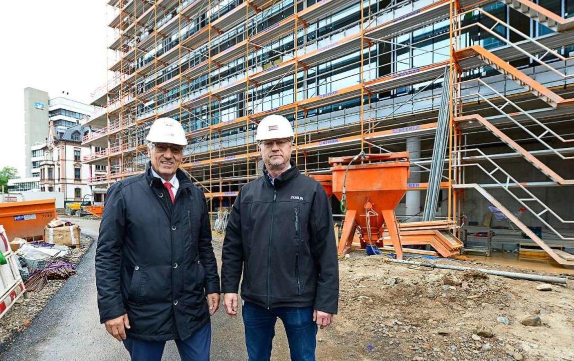 Günter Wiedemann von der Volksbank (li...ürs  105-Millionen-Projekt engagiert .  | Foto: Ingo Schneider