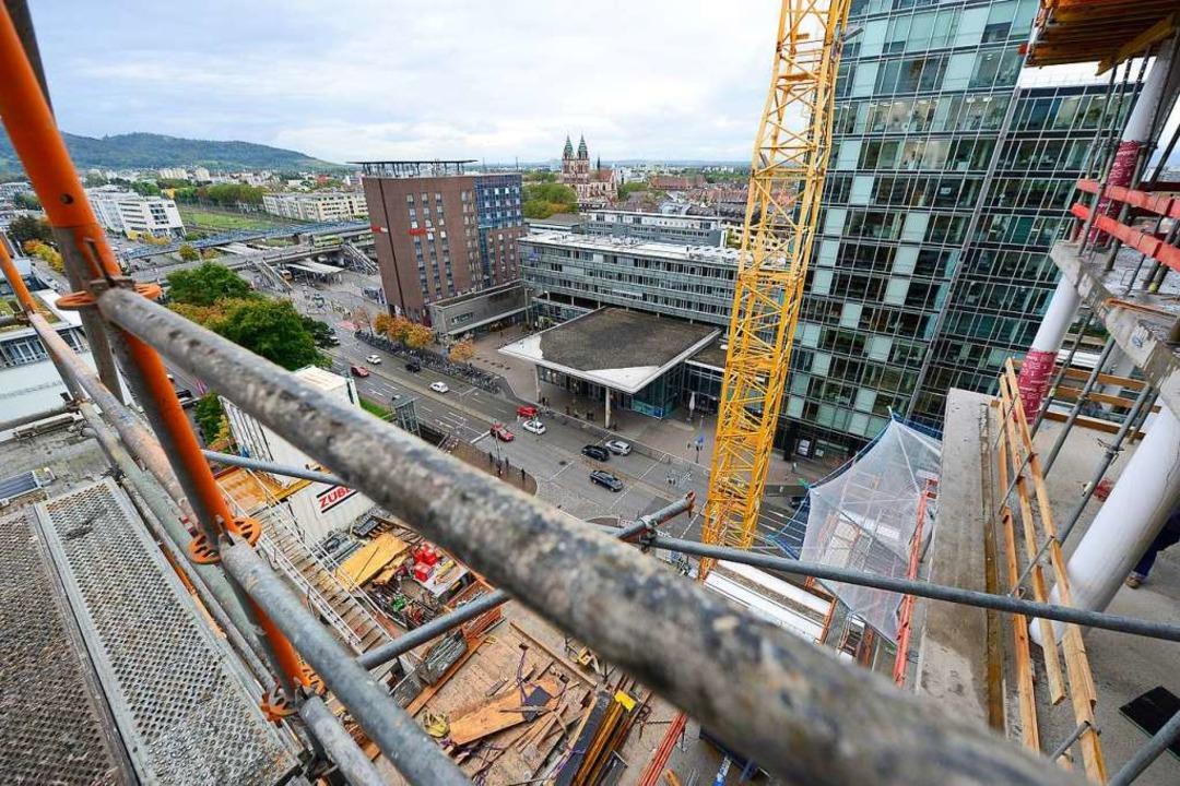 Mit dem Neubau  am Bahnhof erhält der Eingang zur Stadt ein neues Gesicht.  | Foto: Ingo Schneider