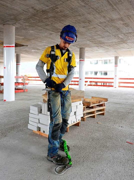 Für die Arbeit  an den obersten Etagen braucht's Sicherheitsgurte.  | Foto: Ingo Schneider