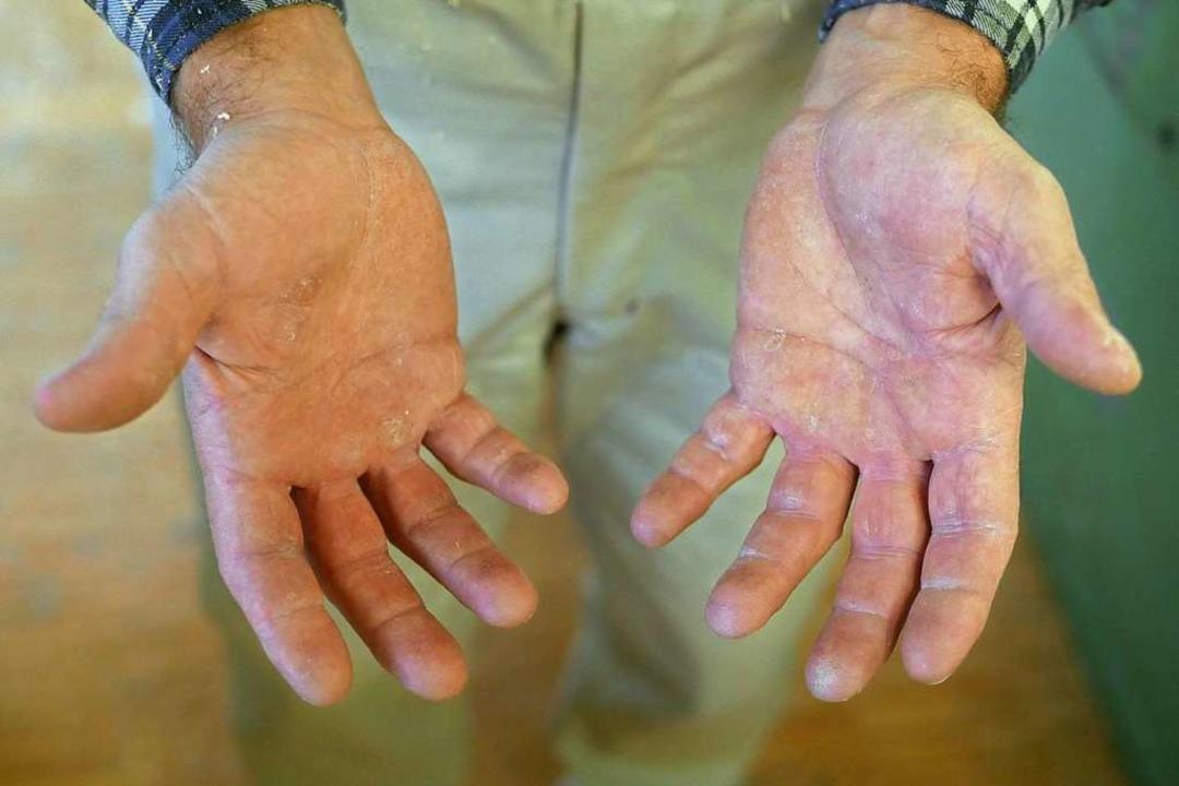 Die Finger sind noch dran  nach 40 Jahren  Schreinerei.  | Foto: Jannik Jürgens