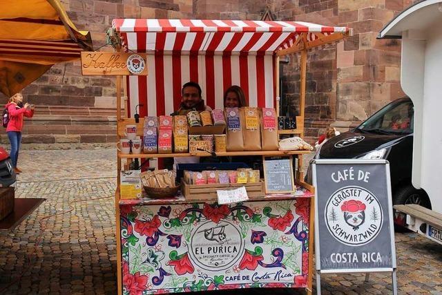 Ein deutsch-costa-ricanisches Ehepaar verkauft fairen Kaffee auf dem Münstermarkt