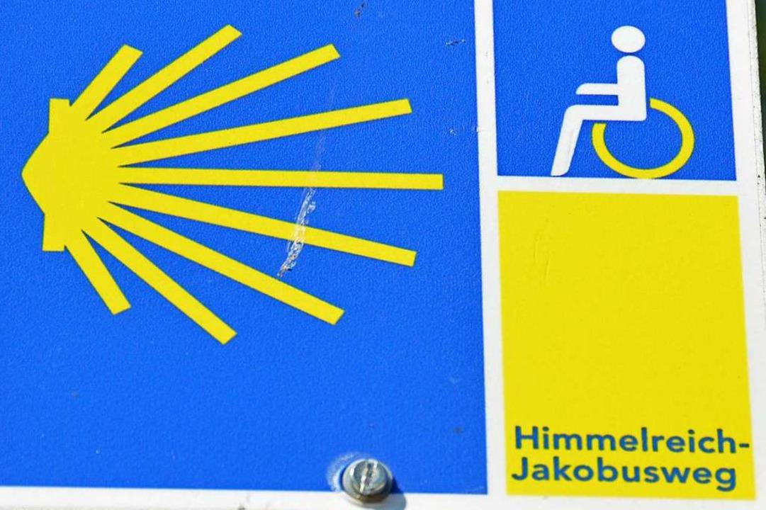 Der Himmelreich-Jakobusweg für alle hat ein Rollstuhlpiktogramm als Zusatz.  | Foto: Gerhard Lück