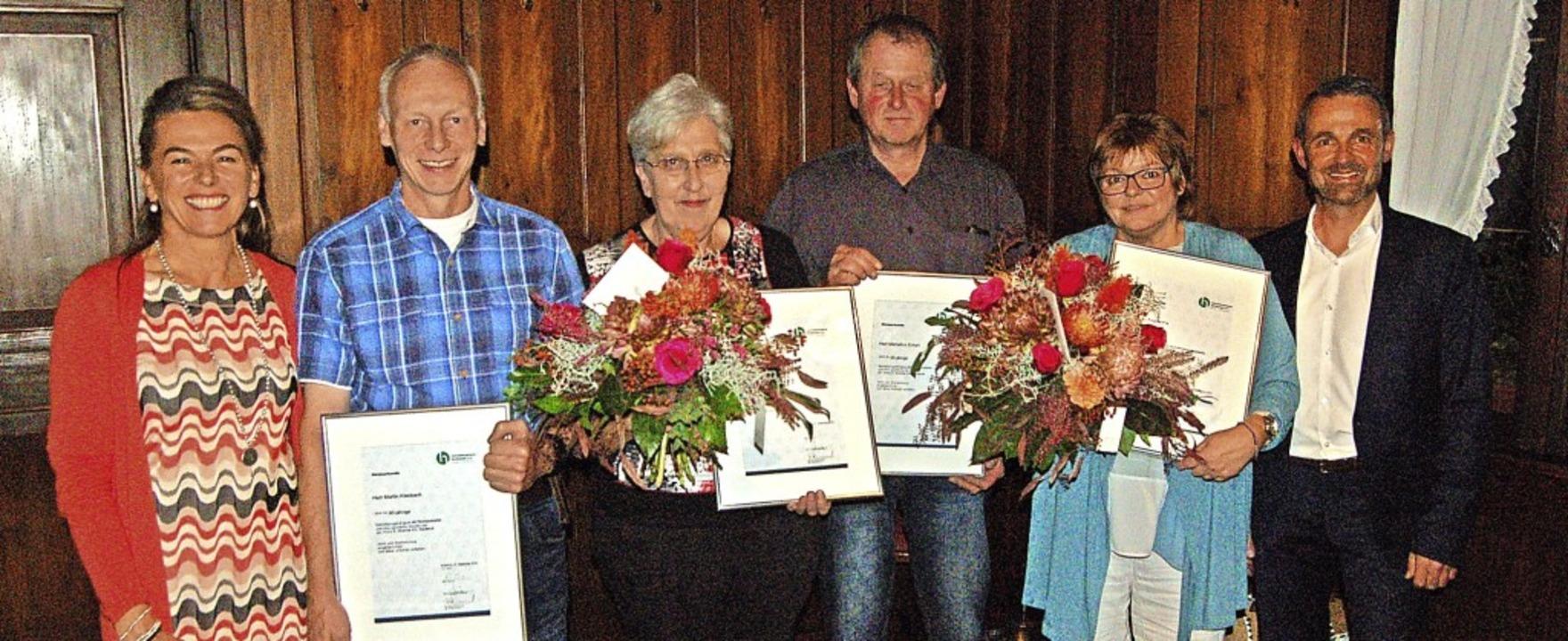 Dagmar und Felix Thümmel (jeweils auße...jährige Mitarbeit bei Woerner Wohnen.     Foto: Christian Ringwald
