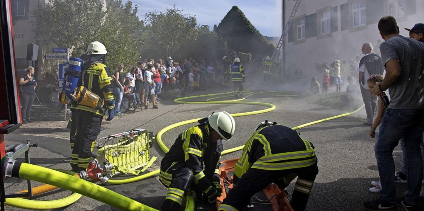 Die Feuerwehrleute aus Britzingen und ...ng am Britzinger Pfarrhaus ihr Können.    Foto: Volker Münch
