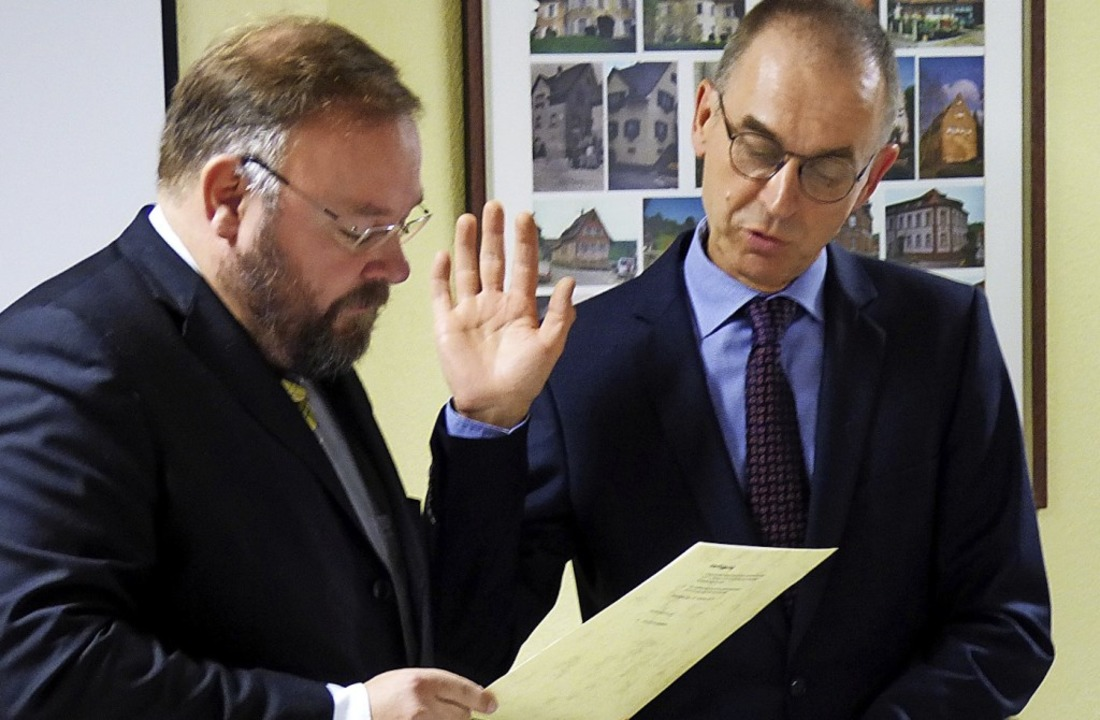 Hans-Ulrich Lutz wird von Bürgermeiste...Heimbacher  Ortsvorstehers eingeführt.  | Foto: Aribert Rüssel