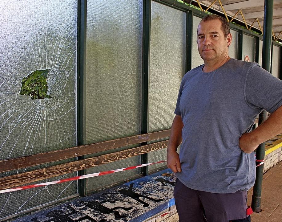 Hausmeister Mathias Gasser ist gefrust...eschinger Realschule zerstört worden.     Foto: Simon, Guy