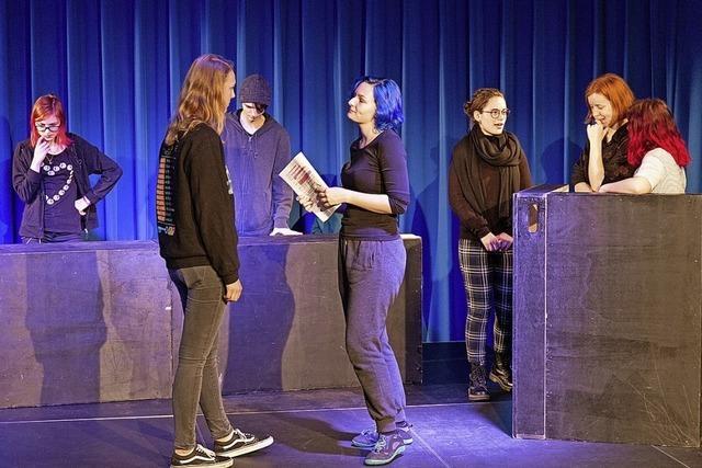 Schülerinnen und Schüler der Theater AG der Richard-Fehrenbach-Gewerbeschule zeigen ihre Auseinandersetzung mit dem