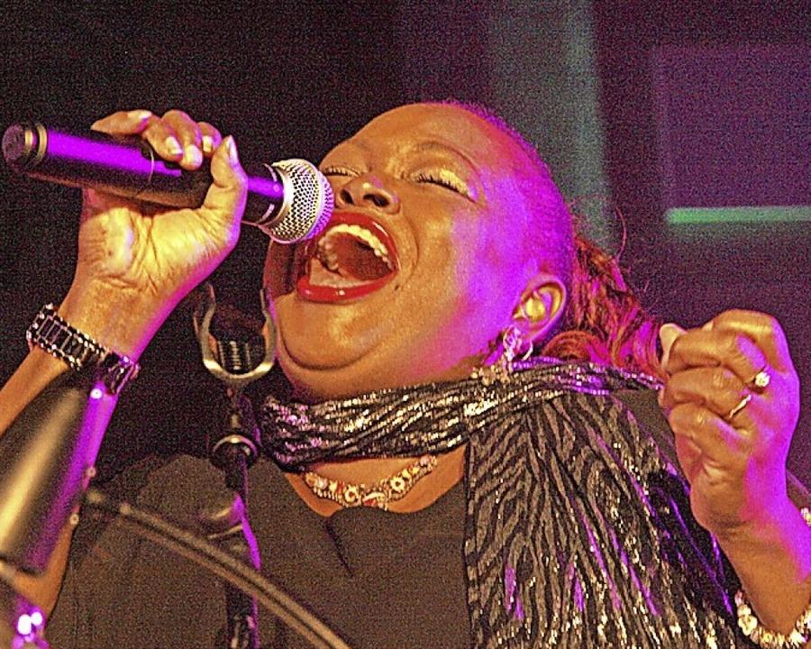 Die stimmgewaltige Sängerin Tiza B. au...den Todtnauer Gospelchor unterstützen.    Foto: Karin Stöckl-Steinebrunner