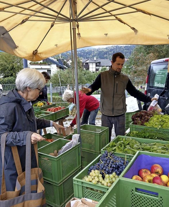 Gärtner Constantin Haug aus Bollschwei...ut sich über den neuen Marktstandort.     Foto: Sarah Schädler